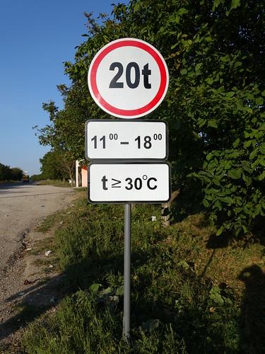 La route aurait tendance à fondre dangereusement lorsque la température est supérieure à 30°