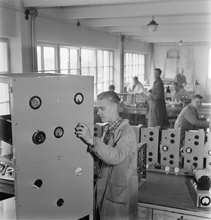 An employee repairing a SK circuit transmitter in Yleisradio's workshop,  ca. 1940.