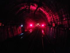薬師峠トンネル内の信号場を通過する特急「はくたか」(北陸新幹線開業に伴い特急「はくたか」は廃止され、現在は定期列車での退避は行われない)