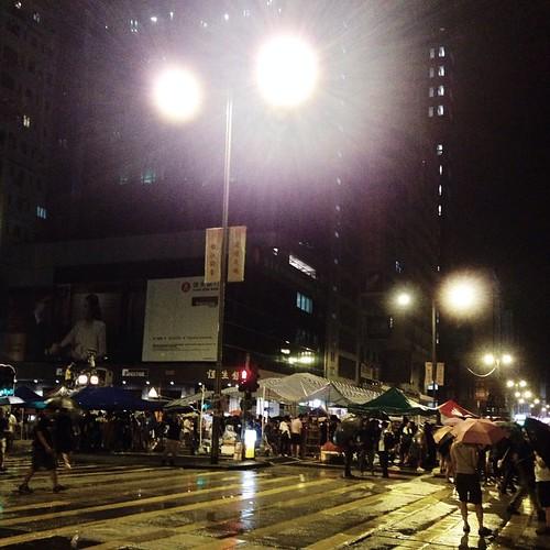 [10.1凌晨,旺角] 人散去了不少,仍留守的人沿街睡在路邊,背靠著店舖的鐵閘休息。旺角黑夜,從此有了另一種詮釋。