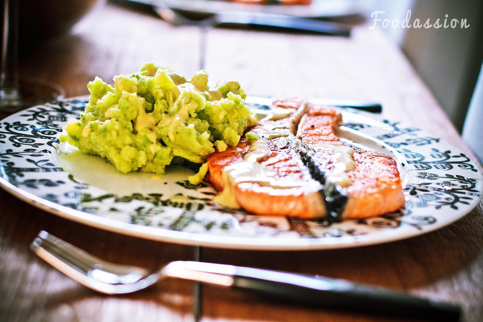 Lohimedaljongit ja herne-wasabi-perunamuusi