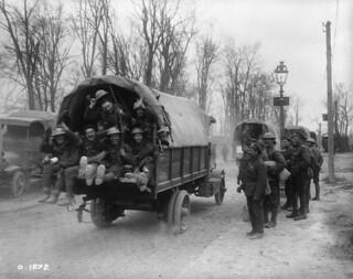 Scottish Canadians going in trucks to strafe the Germans, April 1917 / Des Canadiens d'origine écossaise partant en camion mitrailler les Allemands, avril 1917