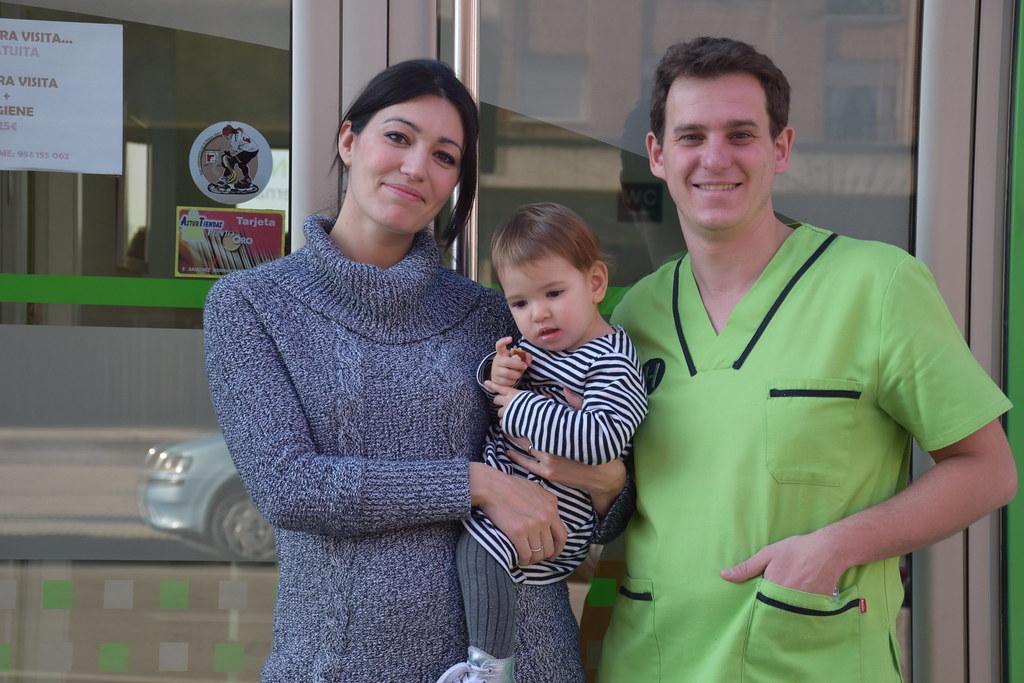 Con Manuel, en la puerta de su clínica.