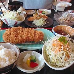 え? . 海を眺めながらとんかつが食べたい? . いや、さすがにそんな店… . . . あります。 江ノ電七里ケ浜駅より徒歩2分、浜料理あら珠。 どうぞよろしく。 . #浜料理あら珠 #七里ヶ浜 #神奈川 #とんかつ #海鮮料理 #グルメブログ #ぐるめちゃんねる #食べスタグラム #美味しいお店 #美味しい #おいしい #食べ歩き #レストラン #グルメ #ランチ #七里ヶ浜食べ歩き #七里ヶ浜レストラン #七里ヶ浜グルメ #七里ヶ浜ランチ #七里ヶ浜散歩 #食べログ #飯テロ #japan #kana