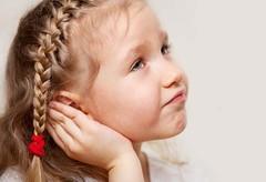 هل يشكو طفلك من آلام الأذن في الليل؟ - الأسباب الشائعة والعلاجات
