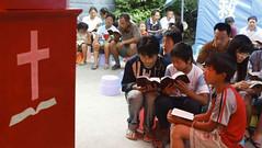 Chineses adoram a Deus entre os entulhos de templos demolidos pelo governo