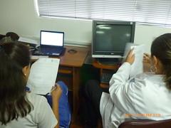 Maestra y estudiantes contestando la encuesta